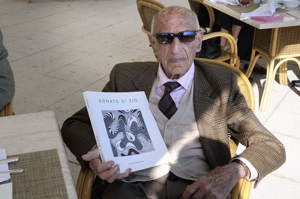 Gillo Dorfles con il catalogo Donato Di Zio 2006                         Foto Gino Di Paolo